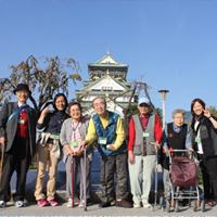 写真:大阪城をバックに集合写真