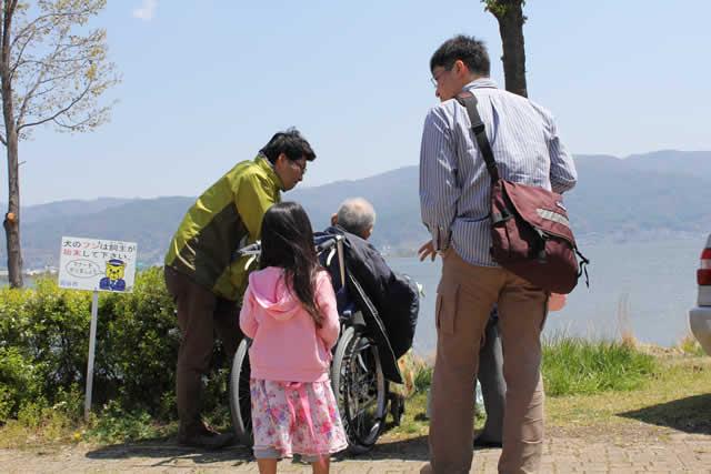 写真:家族と立ち話