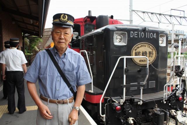 写真:車掌帽をかぶってトロッコ列車と