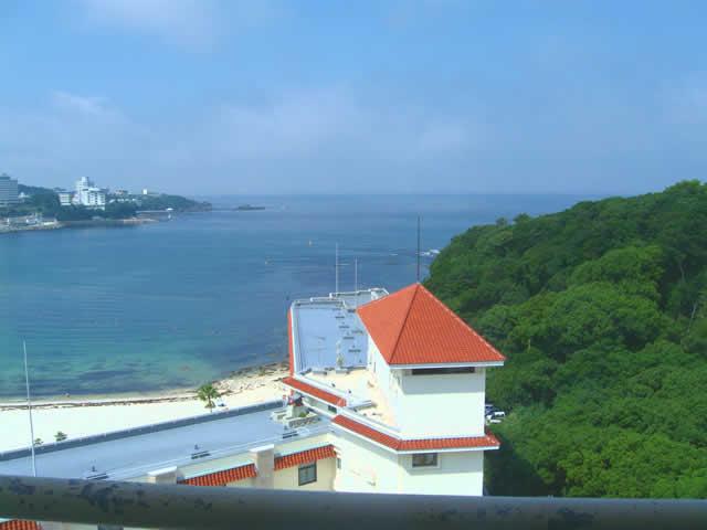 写真4:ホテルの窓の外は、太陽が降り注ぐ、海と木々。昨日とはすっかり違って、いいお天気になりました。