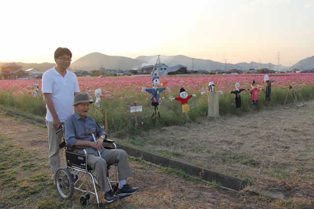 写真:コスモス畑で記念撮影