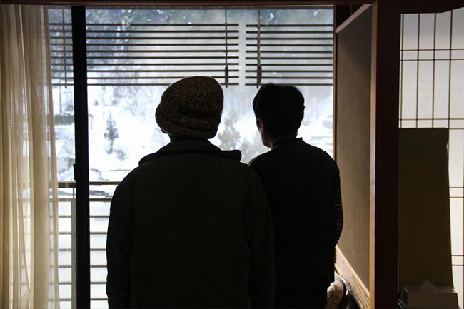写真:窓の外を見るお二人