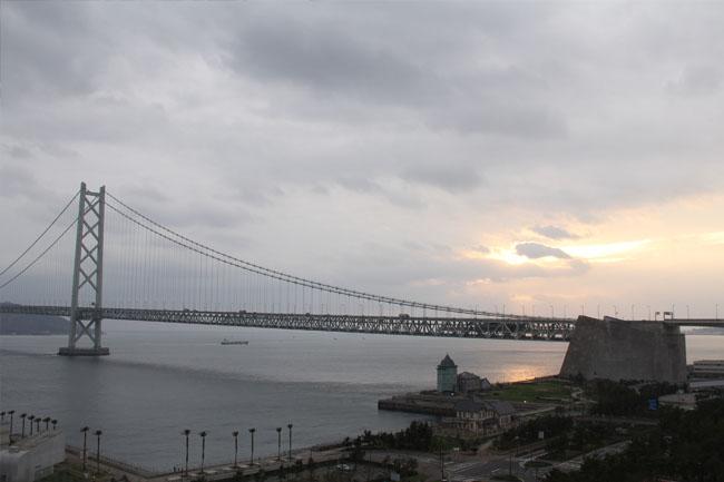 写真:ライトアップされた明石海峡大橋