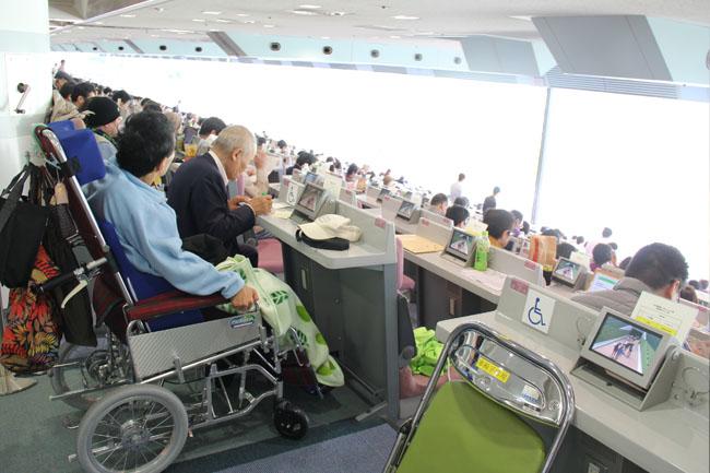 写真:車椅子専用席からレースを望む