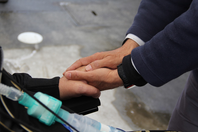 写真:握り合う手と手