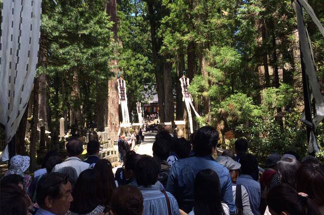 写真:人で混み合う高野山