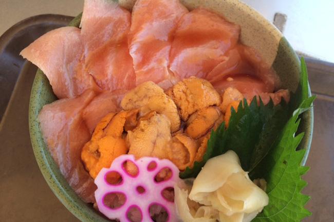 写真:はみださんばかりの具がのった海鮮丼