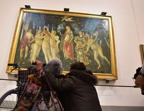 写真:美術館での一幕