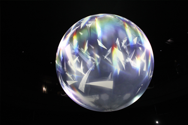 写真:館内にある直径5メートルの球体。光のアート空間となっている。