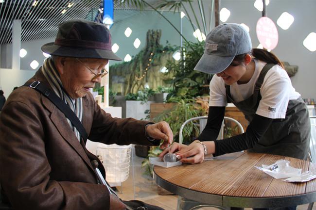 写真:食べる水をスタッフの方から受け取るF様
