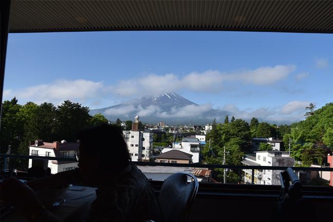 写真:いよいよ顔を出した富士山