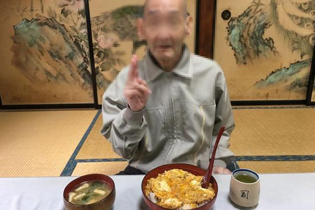 写真:大きな玉子丼を前にピースをするお客様