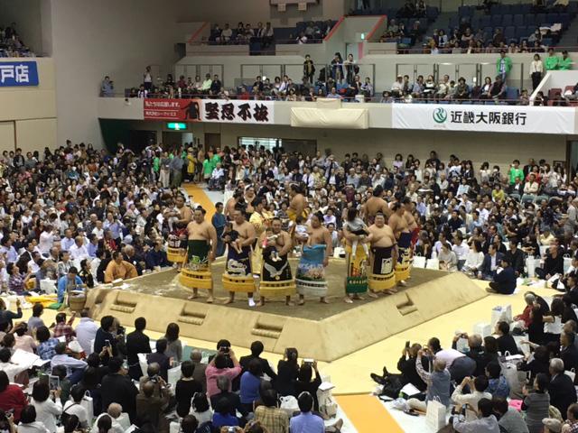 写真:土俵上に並ぶ力士たち