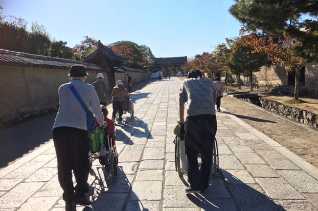 写真:晴天の参拝道を行く参加者とスタッフ