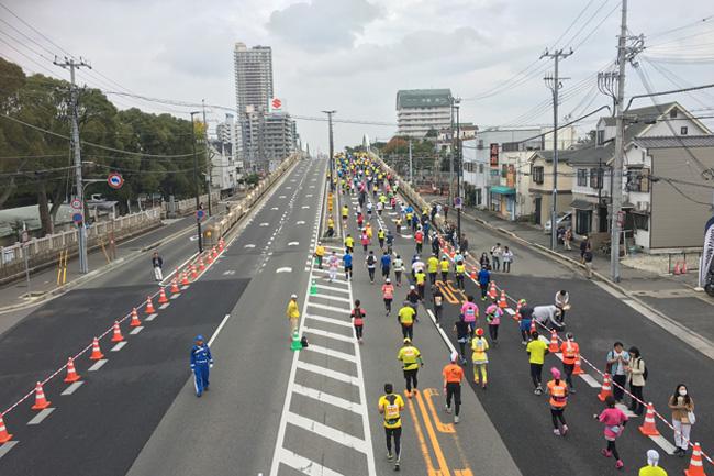 写真:国道2号線を走るマラソン参加者
