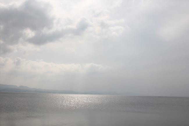 写真:光る湖面