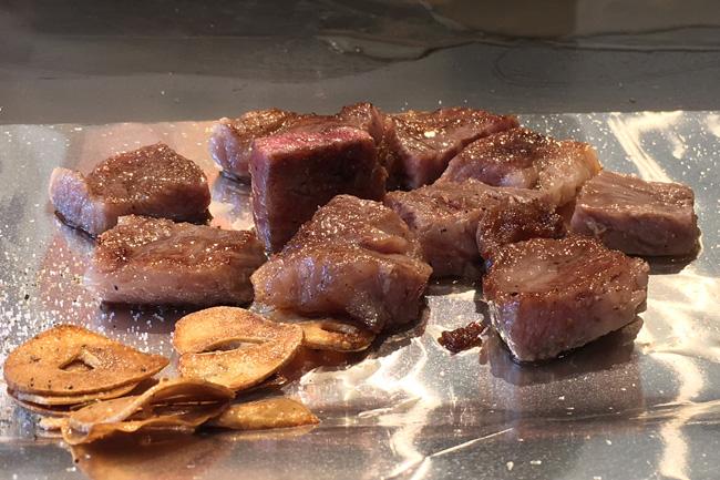 写真:鉄板で焼かれたステーキ