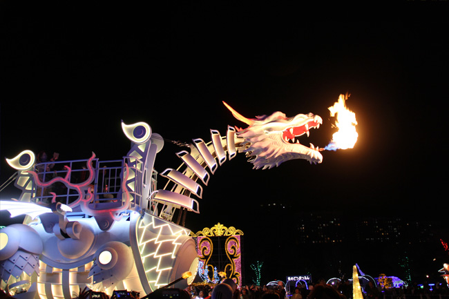 写真:火を吐くドラゴン