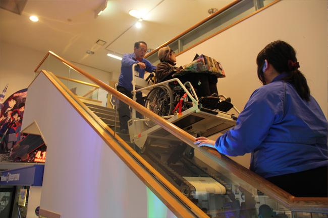 写真:昇降機で車いすのままらくらく