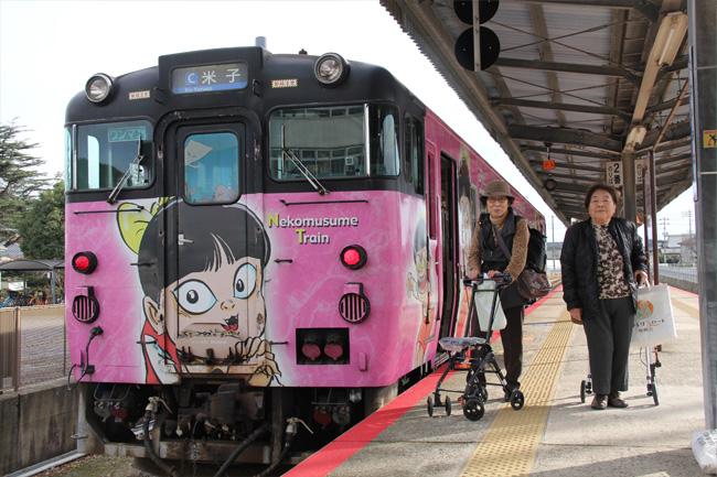 写真:ネコ娘のイラストが前面にある電車