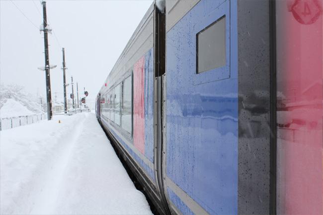 写真:雪の中を進む列車
