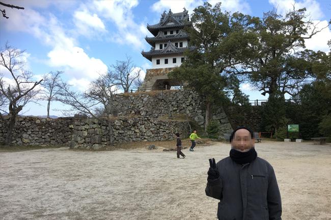 写真:洲本城の前でピース