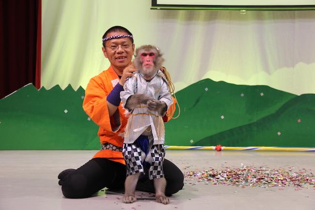 写真:演者さんとお猿さん