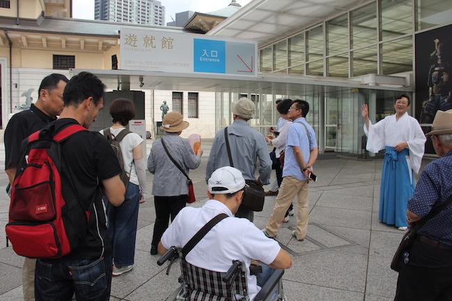 写真:靖国神社で説明を受ける参加者