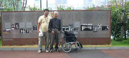 写真:球場前で記念撮影