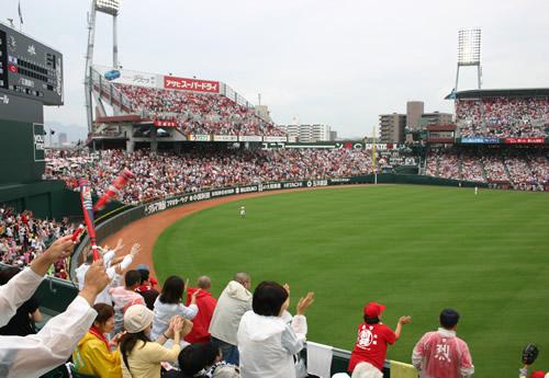 写真:大盛り上がりの広島ファン