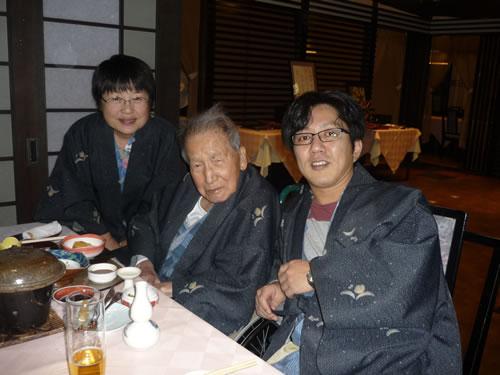 写真:食事の時に記念撮影