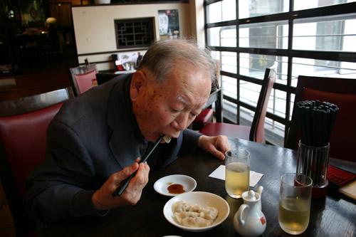 写真:中華料理をペロリ