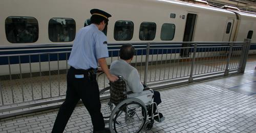 写真:駅員さんに手伝ってもらい新幹線に乗車