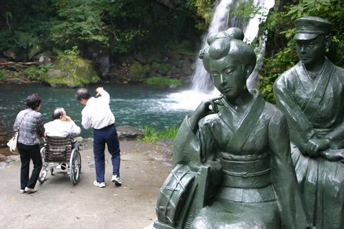 写真:河津七滝を背景に