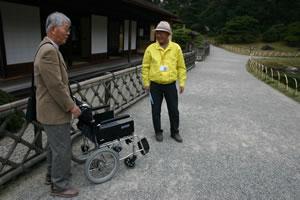 写真:Fさんとボランティアガイドさんが立ち話