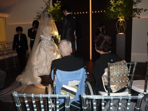 写真:結婚式を見守る二人