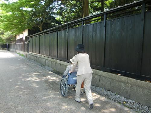 写真:平坦な道は奥様がご主人の車いすを押す