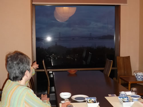 写真:鳴門大橋を見ながら、料理に舌鼓を打つ。