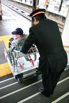 写真:駅員さんがエレベーターを操作し、車いすを乗降させます。