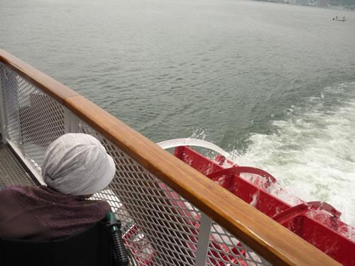写真:船上から琵琶湖を眺めるお客様