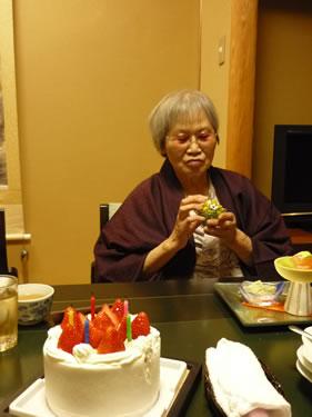 写真:お客様にバースデイケーキをプレゼント