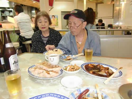 写真:ビールを飲みながら、奥さんと土産話