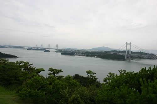 写真:鷲羽山の展望台から瀬戸大橋を見下ろす。