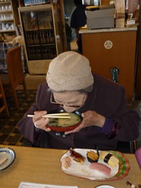 写真:お寿司と味噌汁を召し上がります。