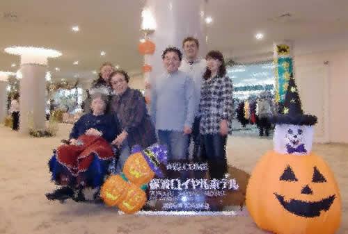 写真:ご友人やそのご家族と記念撮影