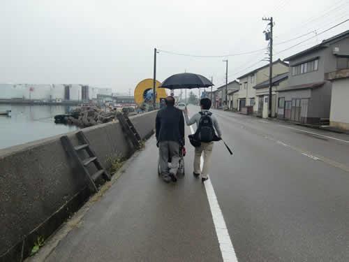 写真:富山の町をエスコートヘルパーと歩く。外は残念ながらの雨