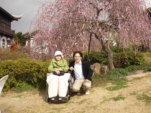写真:梅の前でお客様とエスコートヘルパーで記念撮影