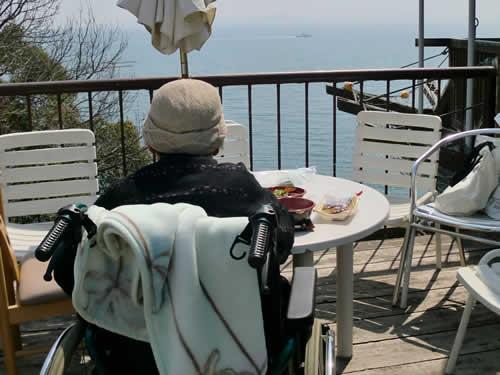 写真:海が見えるレストランでランチ