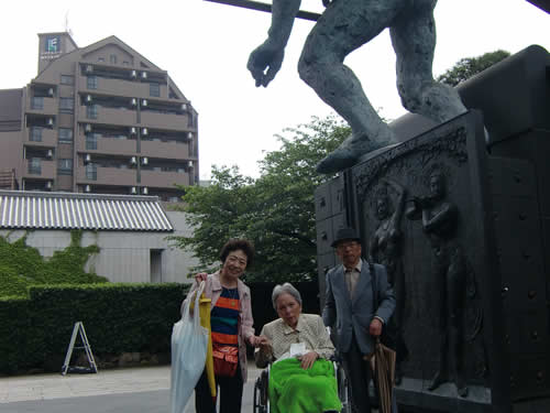 写真:弟様ご夫妻と記念撮影