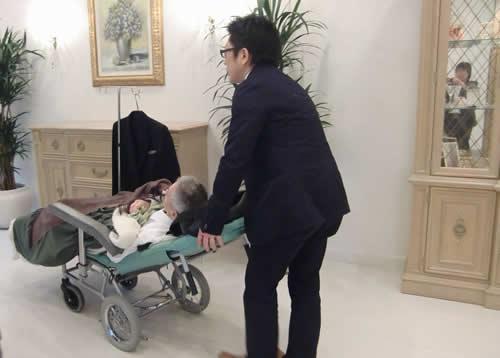 写真:結婚式会場もリクライニング車椅子で移動
